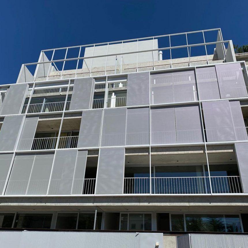 Fachada del edificio en Sucre 812