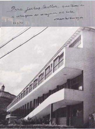 Arriba. Firma de Oscar Niemeyer en 1988.En la dedicatoria del mural dibujado a F. Ovellar por recuperar el Grande Hotel. Abajo. Fotografía de 1955 del libro publicado por el Museo Gugghengheim ( New York USA) con motivo de la obra de los nuevos arquitectos del Brasil.