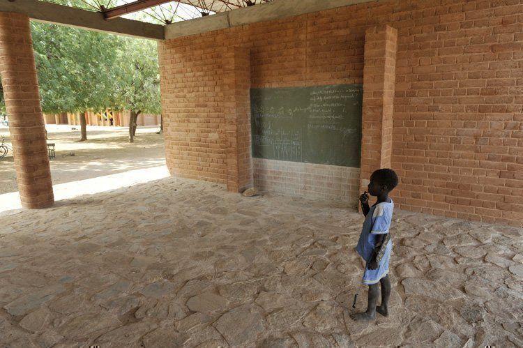 Primary school in gando burkina faso arqa for Nivelar piso de tierra