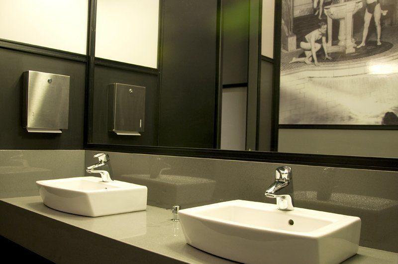 Diseno De Un Baño Publico: izquierda se encuentran las puertas a los dos baños de hombres