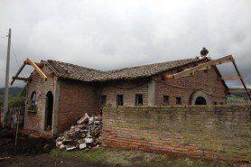 ARQA - Arquitectura Internacional, Ladrillos bloques y otros elementos abandonados y parches, en Ecuador