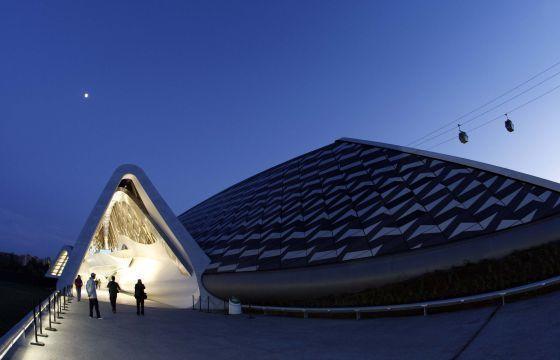El pabellón-puente, obra de Zaha Hadid, en la Exposición Universal de Zaragoza. / Claudio Álvarez / EL PAÍS