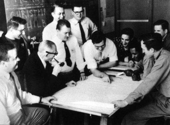 Ludwig Hilberseimer (con pipa) con sus estudiantes del IIT en 1950