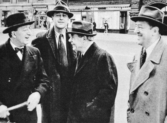 Meldensohn, Peterhans, Hilberseimer y Mies frente al auditorio de Chicago, 1940.