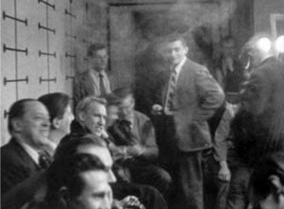 Mies van der Rohe y Ludwig Hilberseimer con algunos estudiantes en el estudio del Art Institute de Chicago.