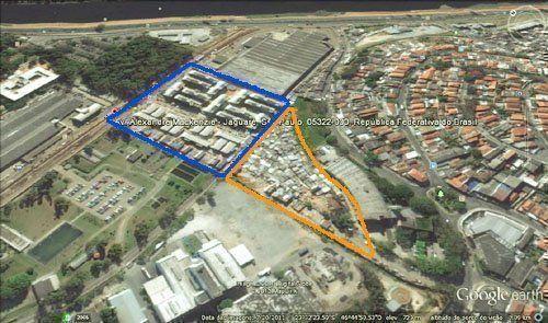 Implantación del Residencial Alexandre Mackenzie junto a la Favela Nova Jaguaré. En amarillo, el área de la favela remanente y en azul la barriada.