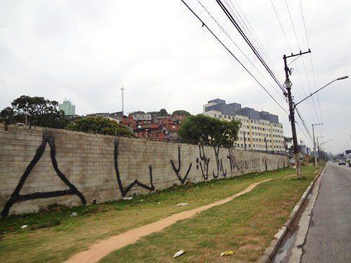 Residencial Alexandre Mackenzie. El muro de contención del área de la favela Nova Jaguaré.