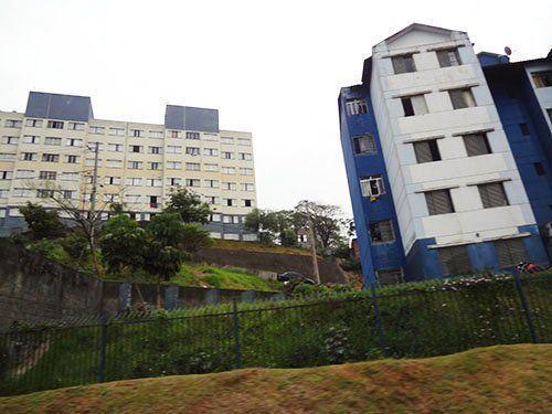 El contraste entre tipologías de edificaciones construidas en distintas gestiones junto a la favela Nova Jaguaré.