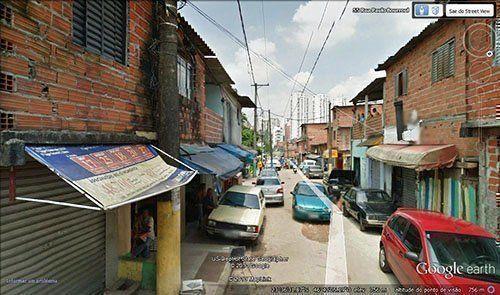 La favela Real Parque en su calle principal Paulo Bourroul.