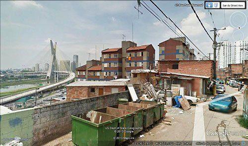 Vista de la puente Octávio Frias de Oliveira, la nueva tarjeta postal de São Paulo, desde el área de la favela.