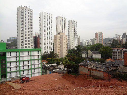 Edificios de la barriada en construcción y las distintas tipologías de edificios del entorno.
