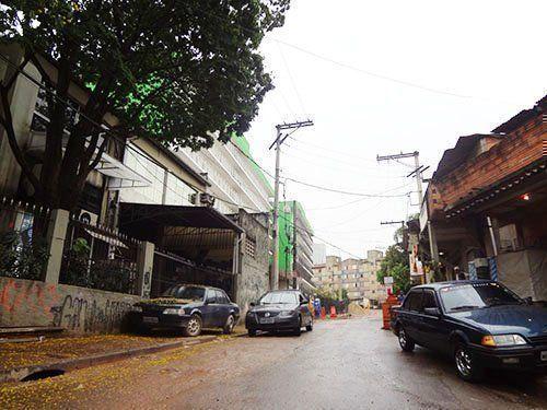 La ubicación de los nuevos edificios al fondo, junto a la morfología irregular del barrio.
