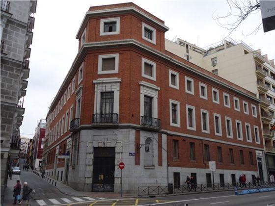 Edificio situado en el número 30 del madrileño Paseo del Prado que habría de ser demolido para construir el nuevo museo. / GORKA LEJARCEGI