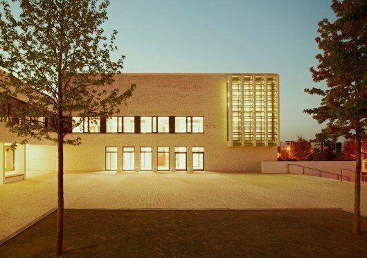 Escuela de Gramática con centro juvenil y gimnasio en Frankfurt-Riedberg