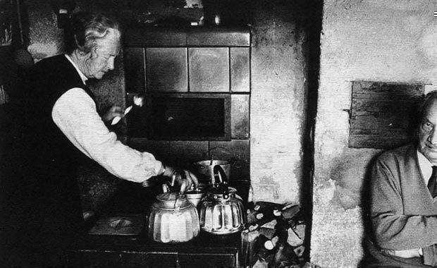 En la fotografía Martin Heidegger y su mujer en su famosa cabaña sespai.com
