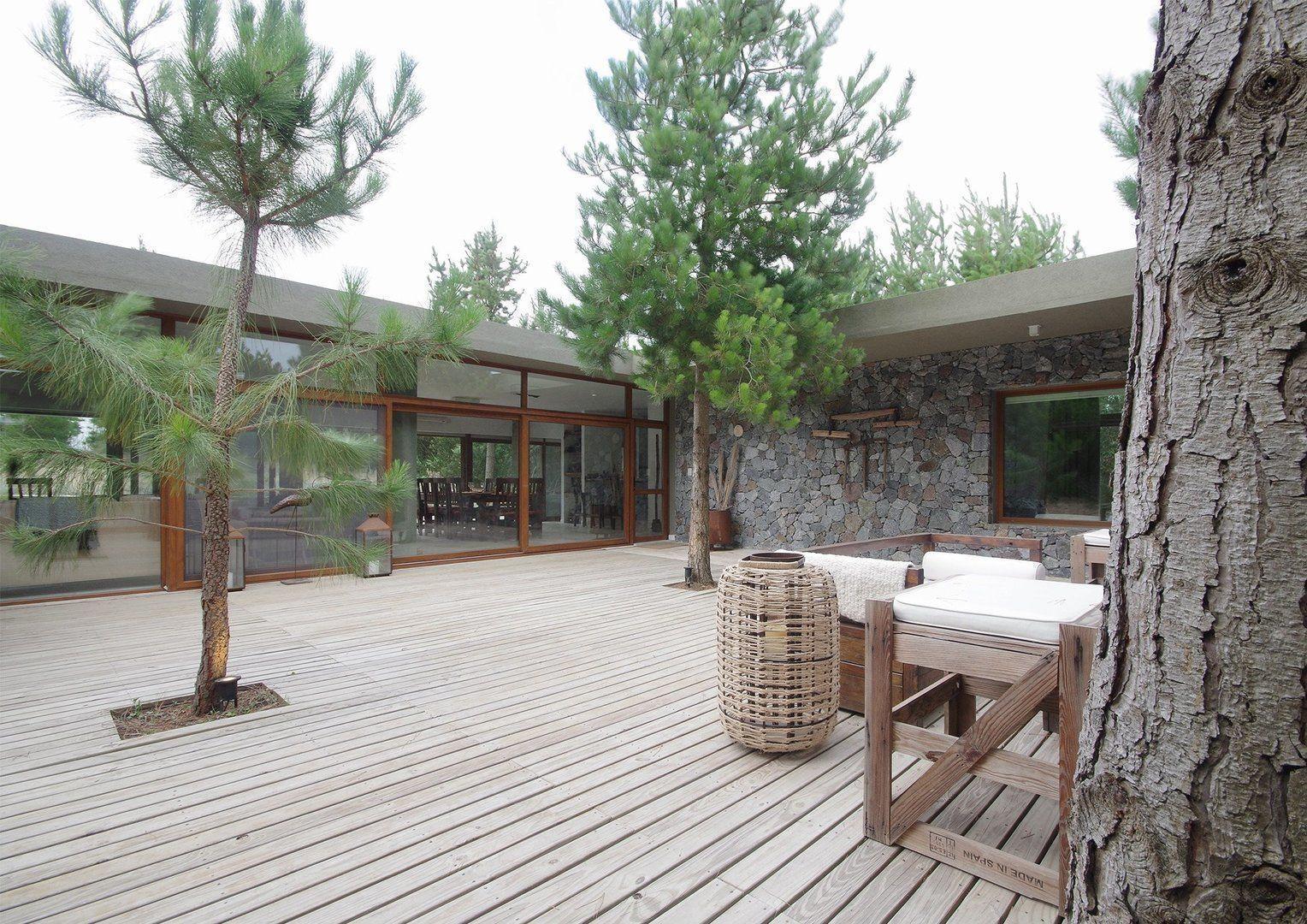 en el interior las reas sociales en planta liberada tienen de un lado el famoso patio y del otro una terraza abierta al fondo del lote tambin con un